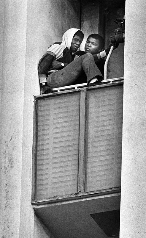 Muhammad Ali talks the suicidal man down from the ledge of a window (Los Angeles. January 1981)