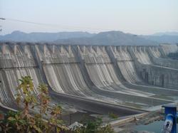 Sardar Sarovar Dam during a 2006 height increase.
