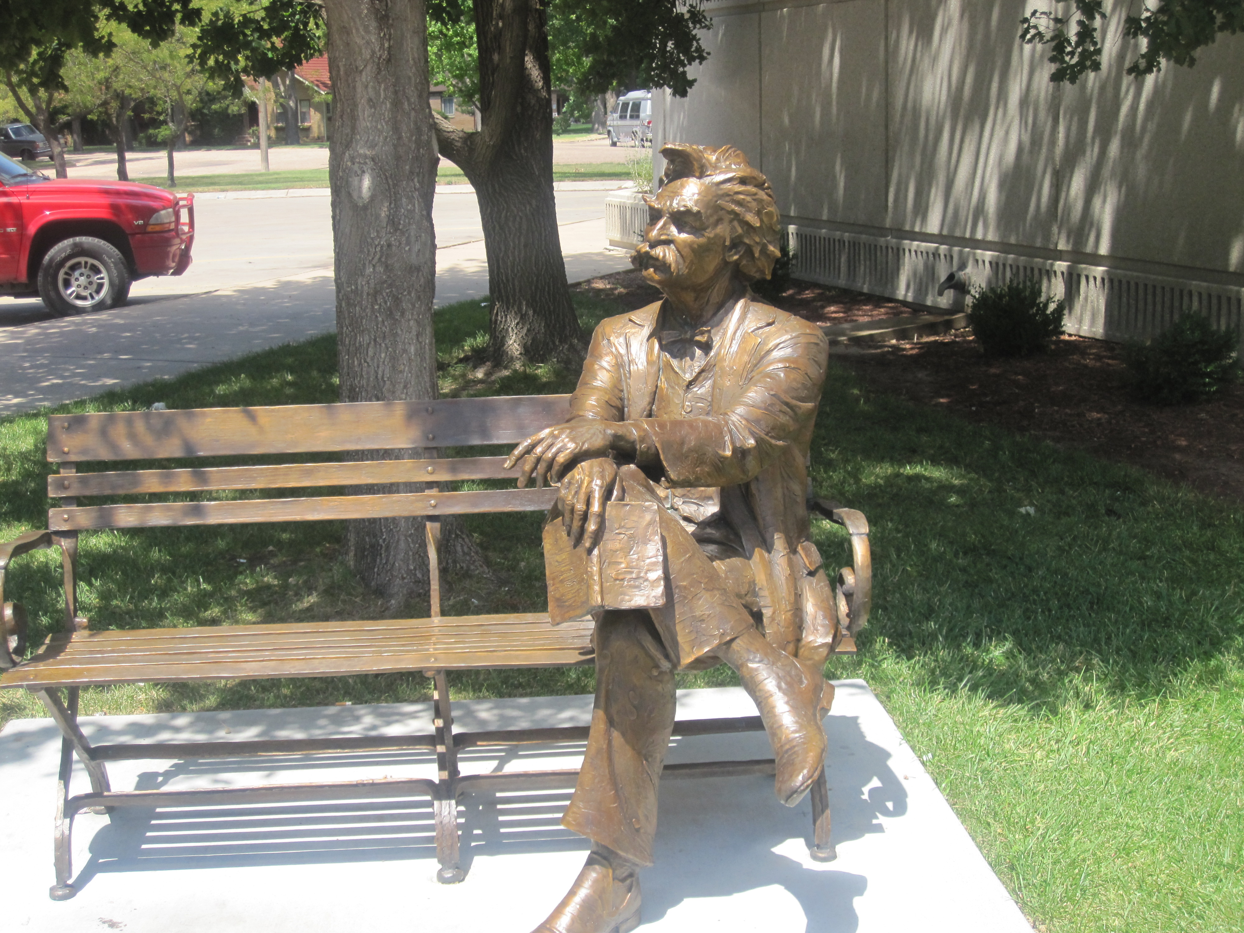 A statue of Mark Twain at Finney County Library