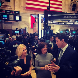 Photo of Sara Eisen with co-workers at the NYSE [18]​