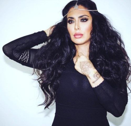 Photo of Huda with a tiara[7]