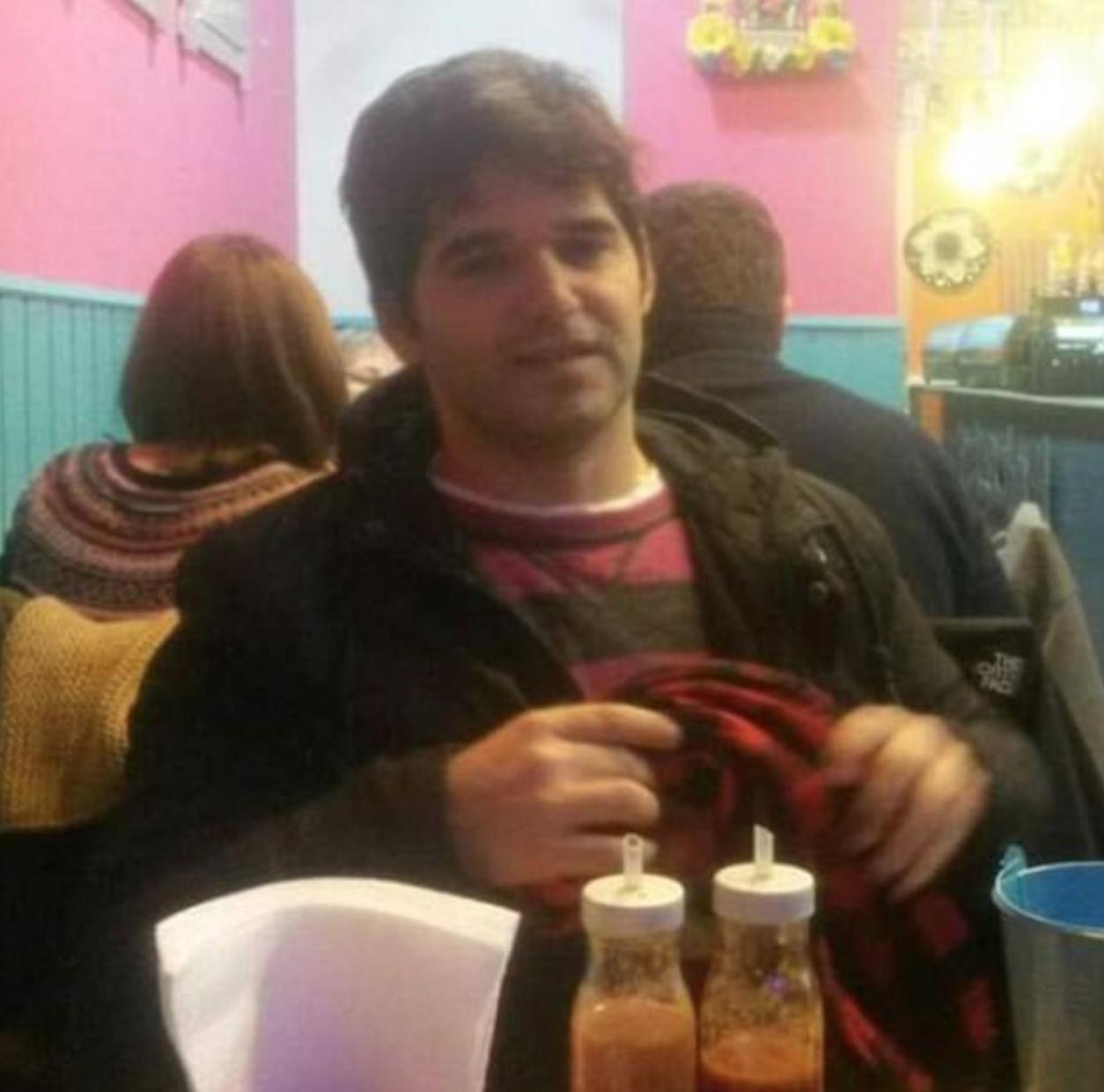 Foto de Ignacio tomada adentro de un restaurante.