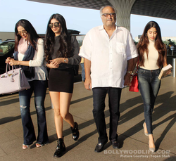 Khushi Kapoor with her sister and parents