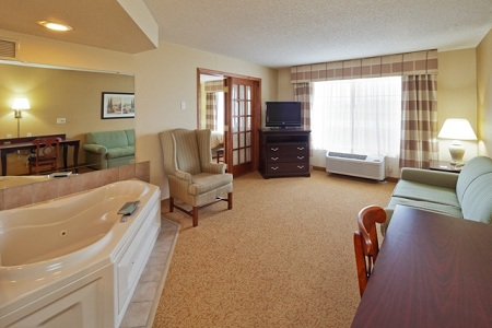 Country Inn & Suites Hotel Whirlpool Suite in West Bend, WI