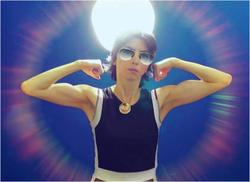 Nasim Aghdam flexing her muscles