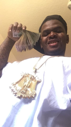 Dedrick Williams showing off cash and jewelry [7]​