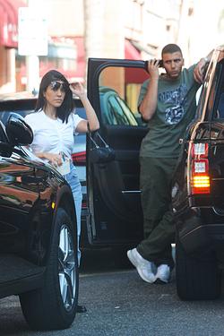 Photo of Younes Bendjima and Kourtney Kardashian standing in traffic [19]