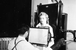 A male technician taking an X-ray of a female patient in 1940. This image was used to argue that radiation exposure during the X-ray procedure would be negligible.