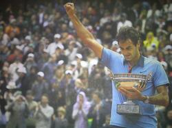 Federer completes the career Grand Slam in Paris.