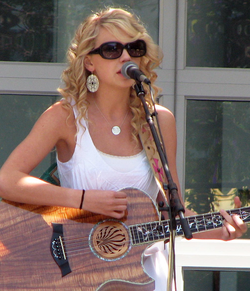 Swift performing at Yahoo! headquarters in Sunnyvale, California in 2007