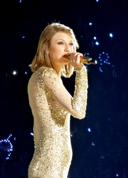 Swift performing on The 1989 World Tour in Detroit