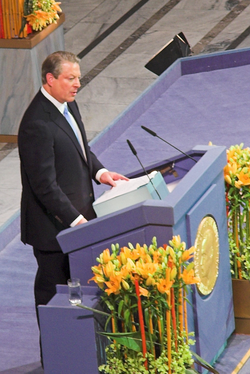 Gore receives the Nobel Peace Prize in the city hall of Oslo, 2007.