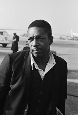 Amerikaanse jazz-saxofonist John Coltrane op Schiphol aangekomen. John Coltrane