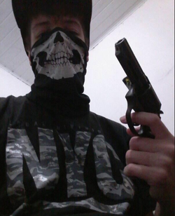 Guilherme Taucci Monteiro com uma arma